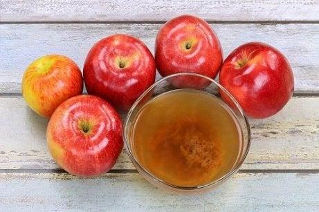 Oțet de mere inclus în trucuri pentru a elimina ciuperca unghiei