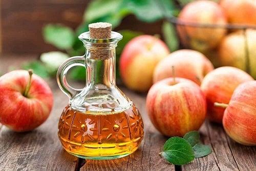 Oțetul de mere pe lista de soluții pentru îndepărtarea vopselei de păr