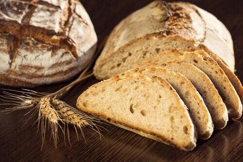 Pâinea albă sau pâinea integrală tăiată în felii