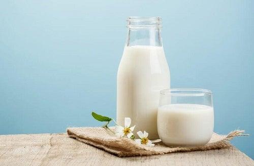 Petele maronii de pe mâini tratate cu lapte