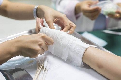 Primul ajutor în arsuri prin aplicarea de bandaj