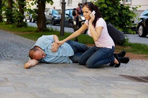 Primul ajutor în urgențele cardiace după ce suni la salvare