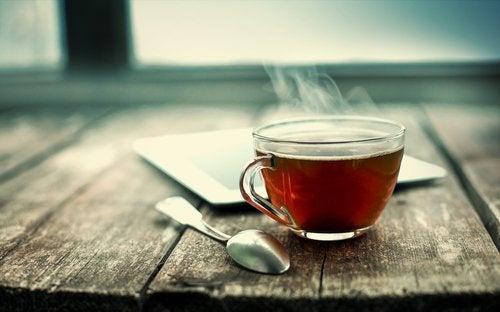Remedii împotriva mirosului neplăcut al picioarelor precum ceaiul negru