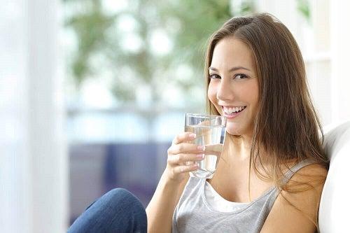 Remedii naturale pentru combaterea psoriazisului precum consumul de apă
