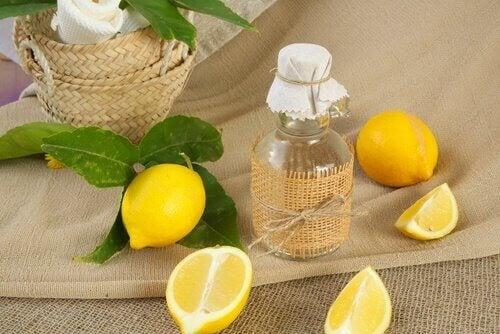 Remedii naturale pentru petele hepatice precum oțetul cu lămâie