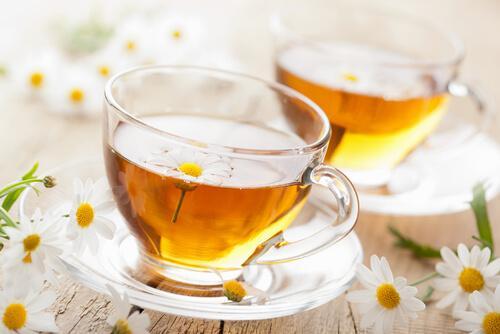 Remedii naturale pentru vindecarea aftelor precum ceaiul de mușețel