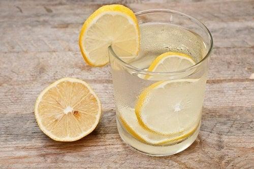 Remedii pentru detoxifierea sistemului limfatic precum apa cu lămâie