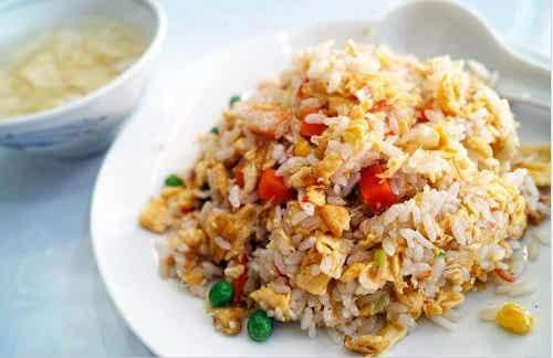 Rețetă de orez chinezesc simplă și delicioasă