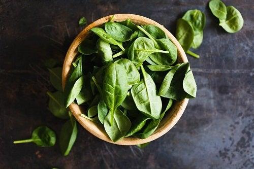 Salate detoxifiante care curăță colonul cu spanac