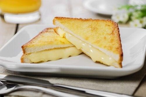 Sandviș Monte Cristo așezat pe farfurie