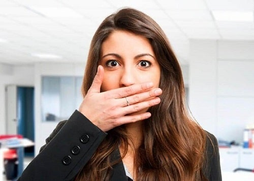 Semne care indică prezența plăcii în gât precum respirația urât mirositoare