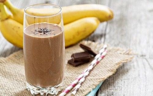Smoothie-uri cu banane și căpșune cu gust de ciocolată
