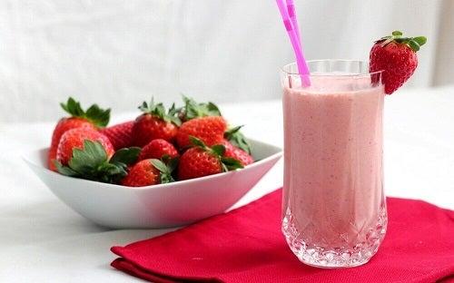 Smoothie-uri cu banane și căpșune care conțin lapte