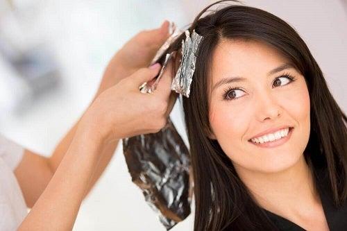 5 soluții pentru îndepărtarea vopselei de păr în mod natural
