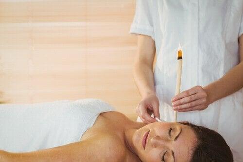Specialist folosind lumânările terapeutice pentru urechi