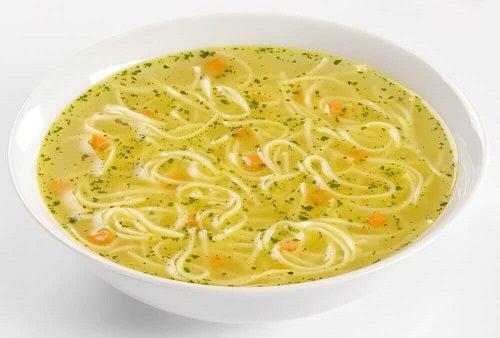 Supe care refac organismul după diaree cu pui și tăiței