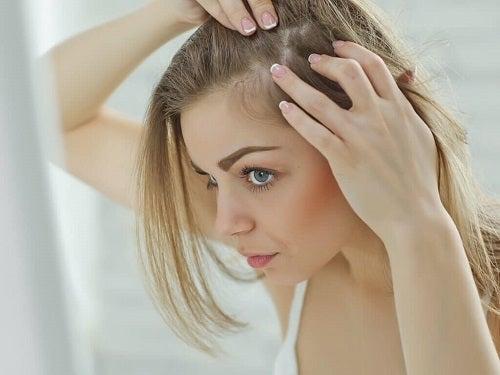 Trucuri pentru un păr lung și sănătos precum masarea scalpului
