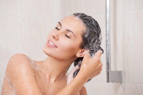 Trucuri pentru un păr lung și sănătos precum folosirea unui șampon natural