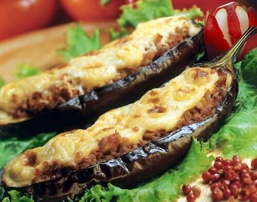 Vinete umplute cu carne presărate cu brânză rasă