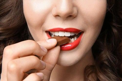 Alimente care îți îmbunătățesc dispoziția precum ciocolata amăruie
