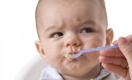 Alimente periculoase pentru bebeluși precum dulciurile