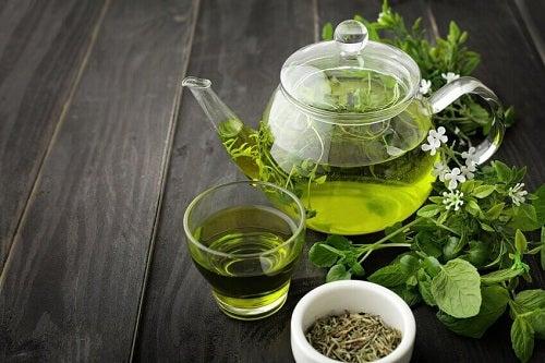 Combate simptomele menopauzei cu ceai verde
