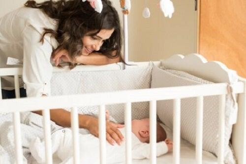 Cum îți înveți copilul să doarmă în pătuț