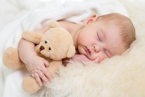 Cum îți înveți copilul să doarmă în primele luni de viață