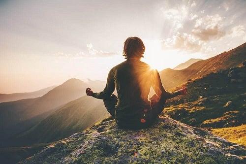 Cum să atragi energia pozitivă prin calm și meditație