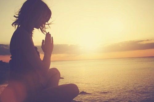 Cum să gestionezi epuizarea emoțională prin meditare