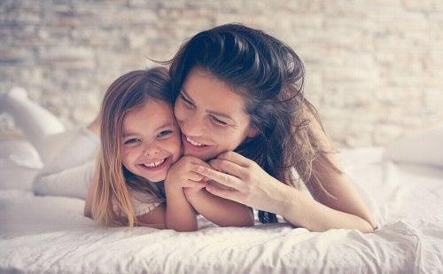 Cum se consolidează relația mamă-copil prin apropiere fizică
