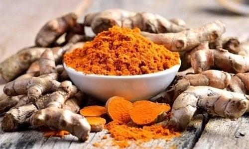 Curcuma este printre cele mai bune remedii pentru micozele pielii