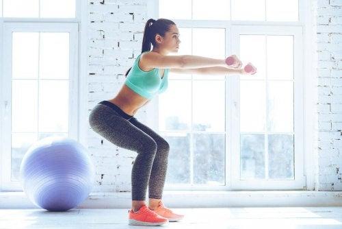 Exerciții fizice pentru șolduri precum genuflexiunile cu sărituri