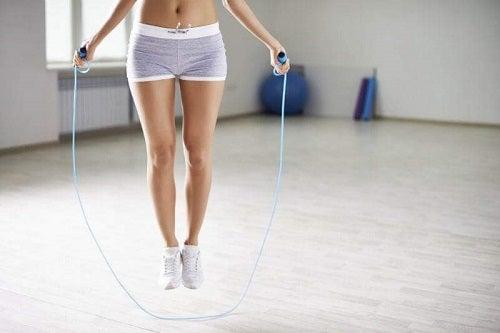 Exerciții pentru tonifierea picioarelor precum săritul corzii