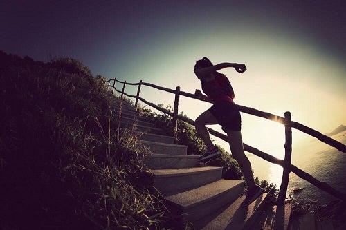 Exerciții pentru tonifierea picioarelor precum urcatul scărilor