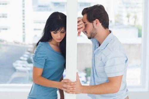 Femeie și bărbat ce se gândesc la prietenia cu fostul iubit