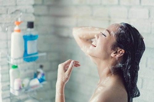 Femeie bucuroasă că nu mai are nevoie de remedii pentru dureri de gât