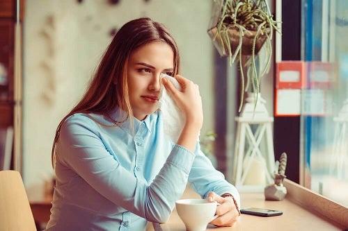 Femeie tristă care plânge