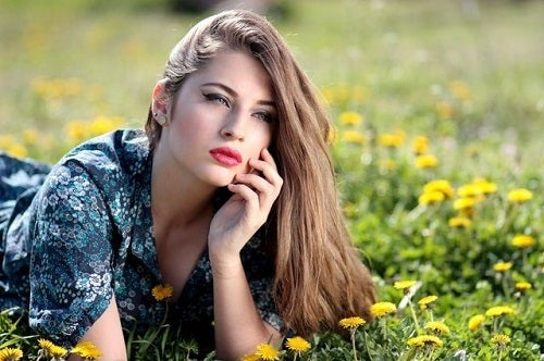 Femeie care descoperă trucuri naturale pentru întinerirea tenului