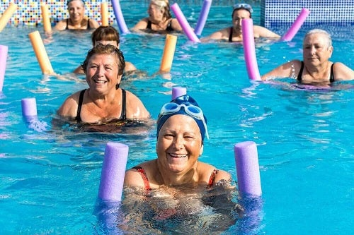 Înotul pe lista de exerciții pentru vârsta a treia