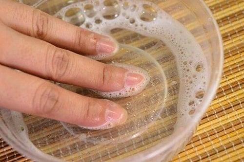 Întrebuințări surprinzătoare ale apei oxigenate care tratează ciuperca unghiei