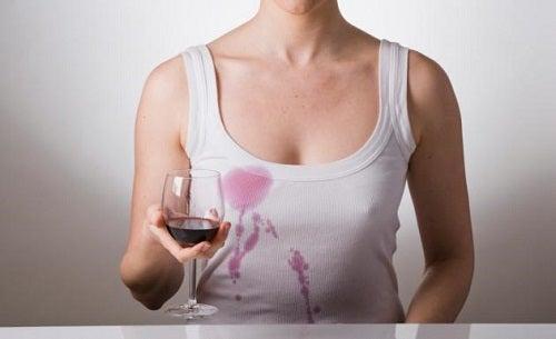 Maieu pătat cu vin roșu