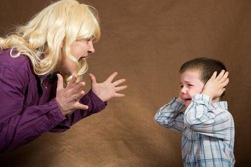 Mamă țipând la copil