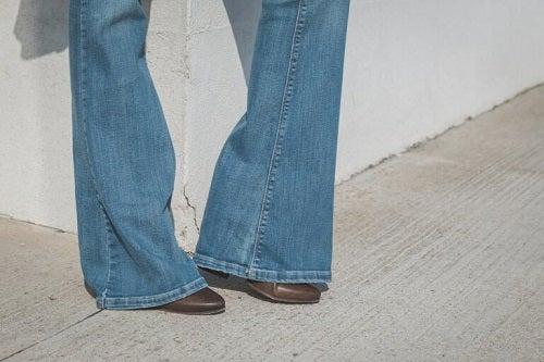 Moda blugilor evazați purtați cu tocuri înalte