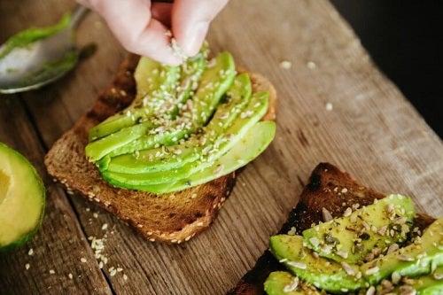 Opțiuni pentru micul dejun precum pâine prăjită cu avocado