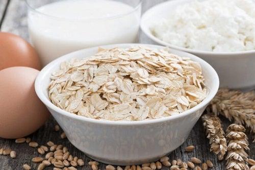 Ovăz și ouă în produse naturale pentru hidratarea pielii