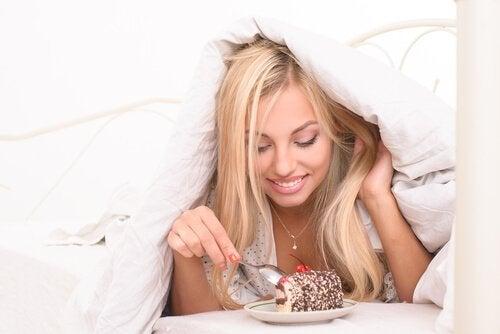 Prăjiturile sunt interzise într-o dietă sănătoasă pentru un abdomen plat