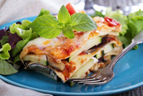 Prepară lasagna ușor cu frunze de busuioc