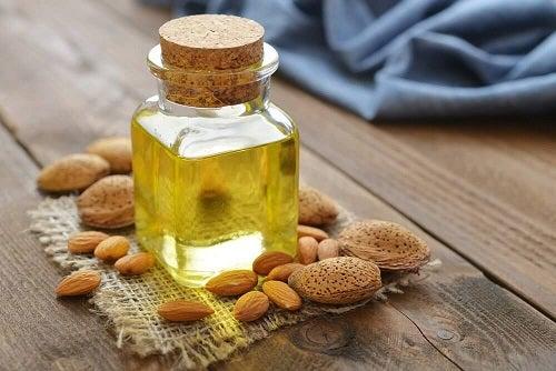 Remedii naturale pentru călcâiele uscate precum uleiul de migdale