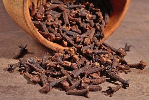 Remedii naturale pentru distensia abdominală din cuișoare